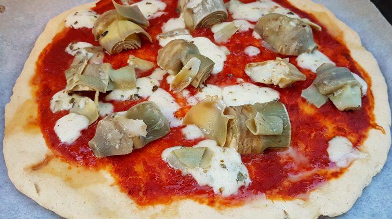 La pizza ai carciofi: perché no ai bordi bruciacchiati